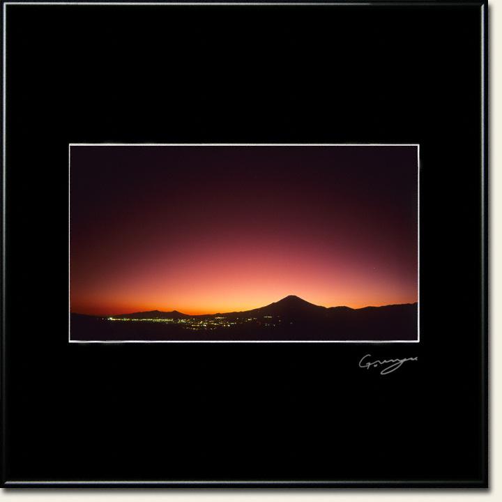 夕暮れの富士山と麓の街灯