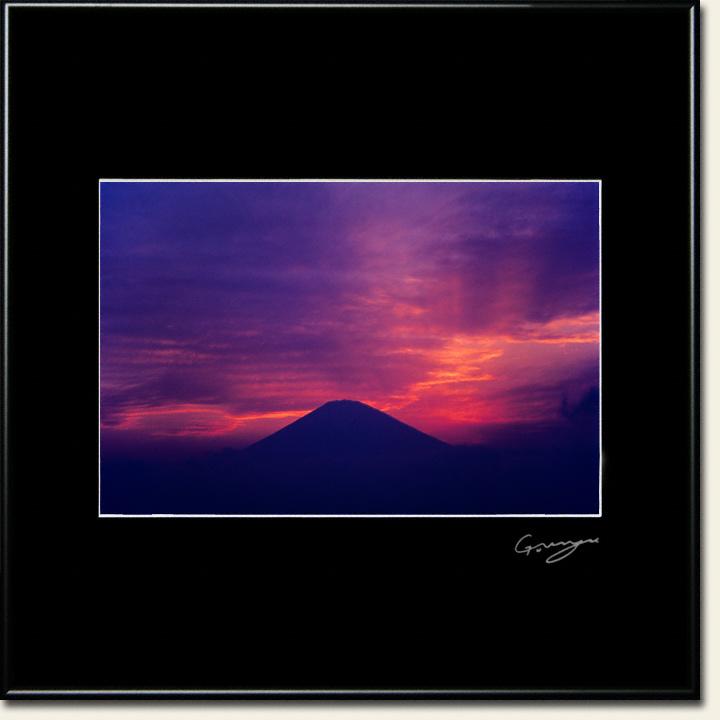 夕焼けの後光の富士山