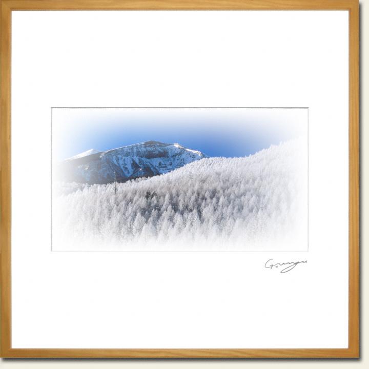 青空と硫黄岳とカラマツの樹氷の稜線