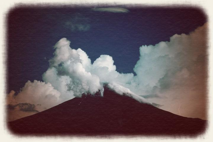 夜の富士山と入道雲と雷