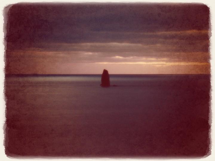 夕暮れの曇天の屹立する島