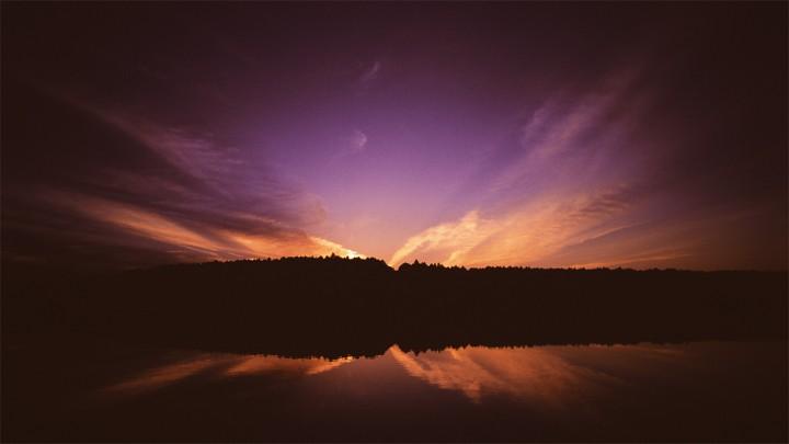湖に映る対称の夕焼け雲