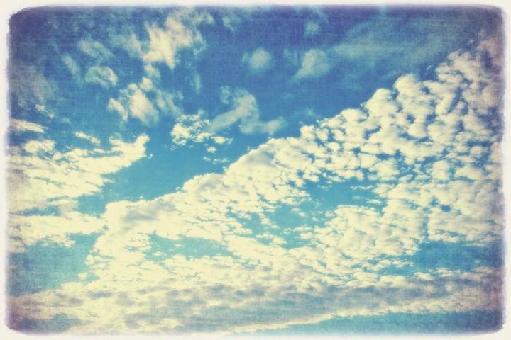 青空に輝くうろこ雲