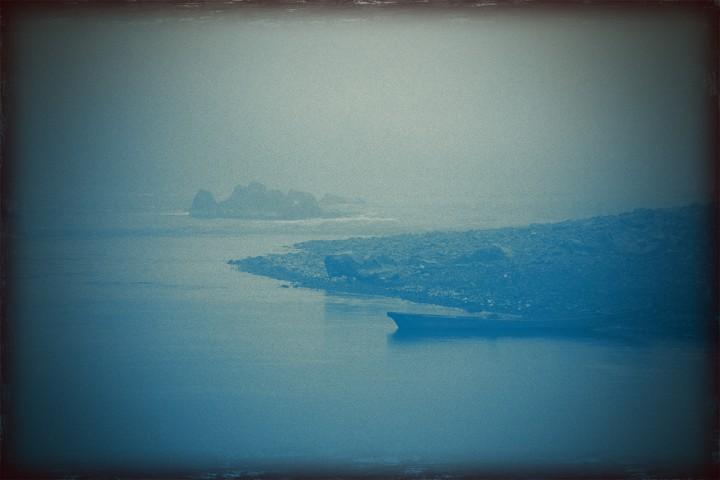 霧の四万十川に浮かぶ川船