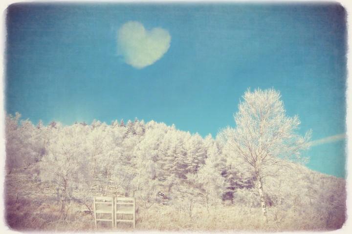 白い椅子と青空にハートの雲と白樺の樹氷