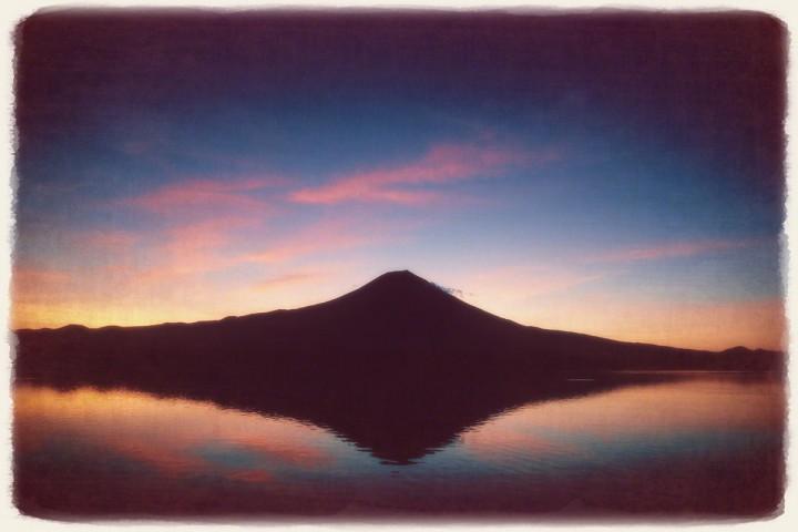 湖面に映る薄明の富士山