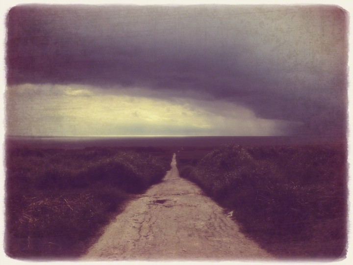 スコールの暗い海へと続く道