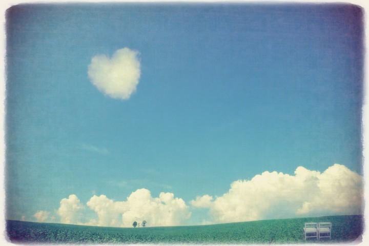 入道雲とハートの雲と親子の木と白い椅子
