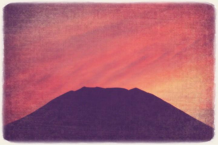 赤黒い雲と富士山の頂