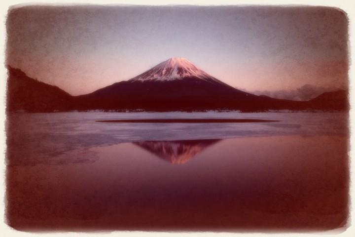 凍結した精進湖の夕照の逆さ富士