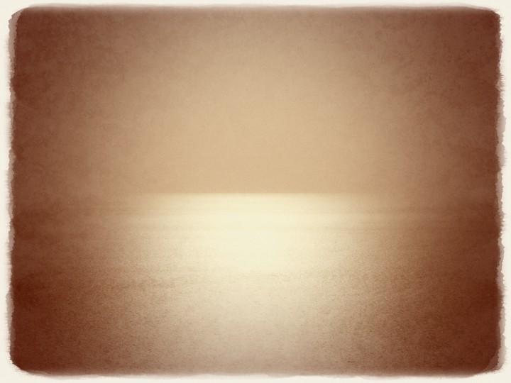 黄金色に輝く水平線