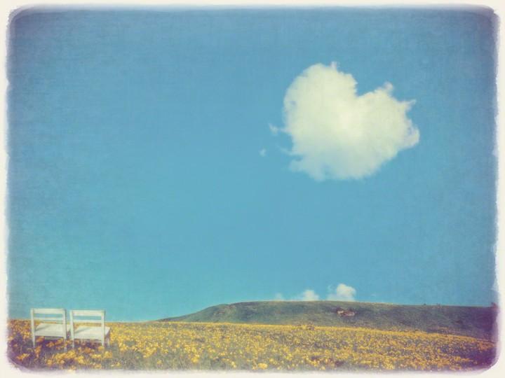 ニッコウキスゲの丘の白い椅子とハートの雲