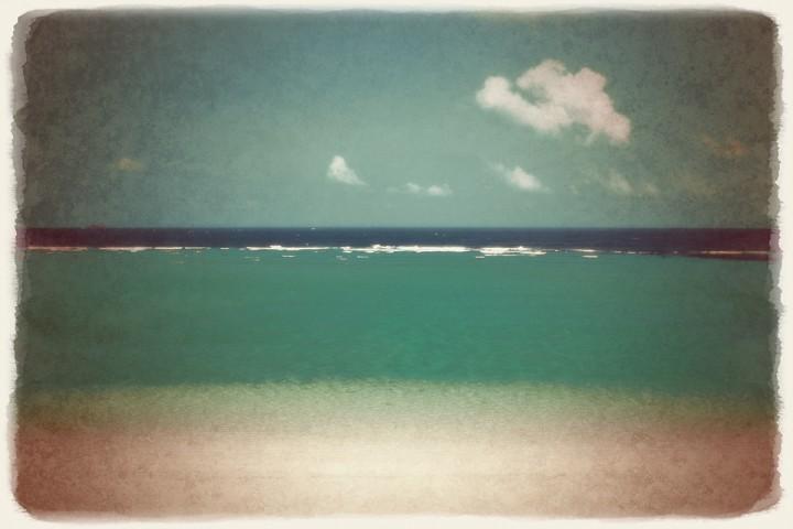 水平線と珊瑚礁の砂浜