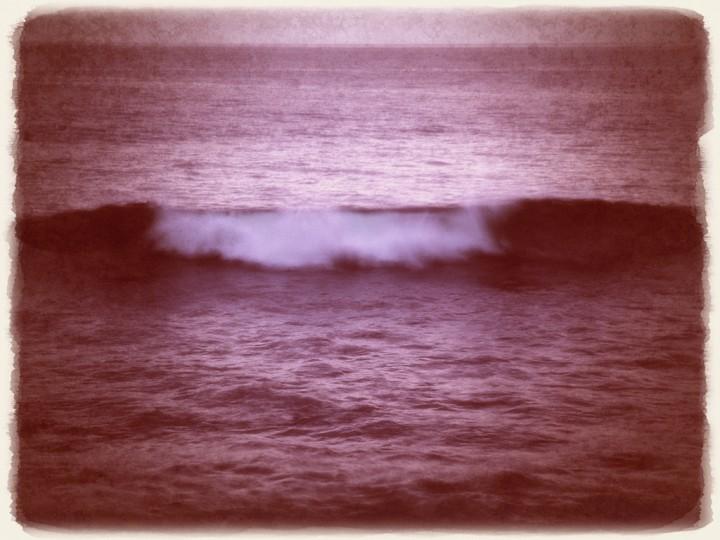 夕暮れの白い波頭